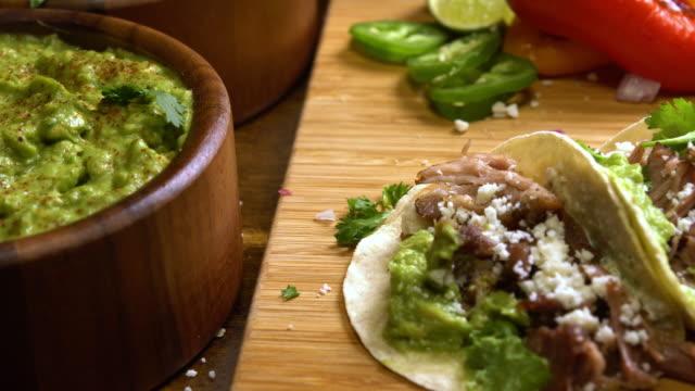 vídeos y material grabado en eventos de stock de casa calle hecha de carnitas tacos - comida mexicana