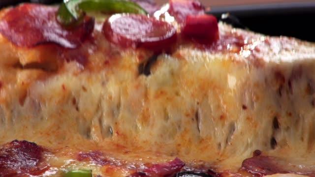 home made pizza - сыр стоковые видео и кадры b-roll