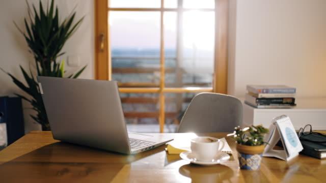 vídeos de stock e filmes b-roll de ds home office desk ready for working from home - confortável