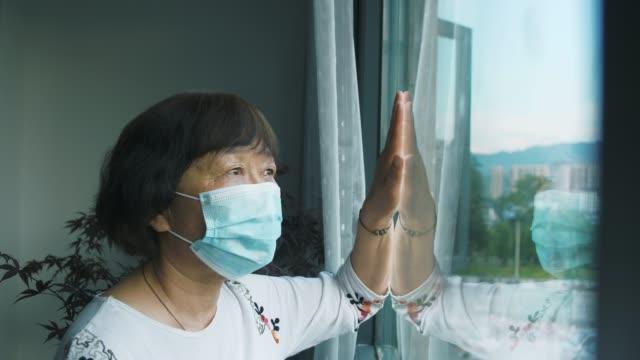 quarantena domestica a causa del coronavirus covid-19 - hand on glass covid video stock e b–roll