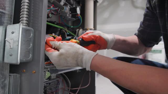 hem reparatör bär en ansiktsmask för skydd - reparera bildbanksvideor och videomaterial från bakom kulisserna