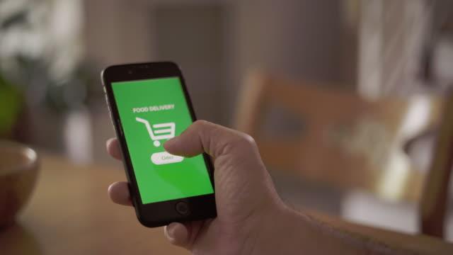 home shopping consegna di cibo online - commercio elettronico video stock e b–roll