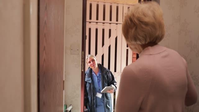 bir üst düzey kadın için ev ziyareti - ziyaret stok videoları ve detay görüntü çekimi