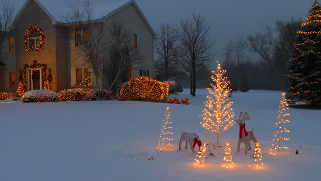 stockvideo's en b-roll-footage met home with festive outdoor christmas/holiday lighting and snow - ornaat