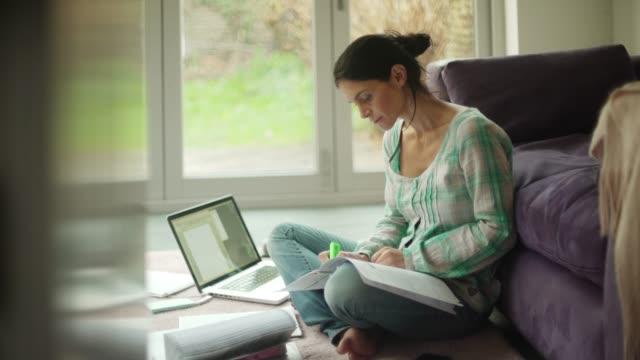 vídeos y material grabado en eventos de stock de el trabajador doméstico - trabajo freelance
