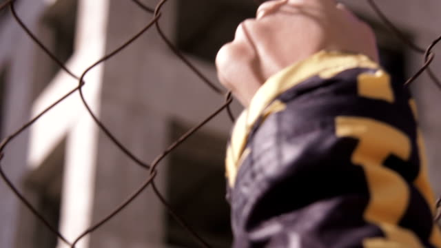evsiz çocuk. mülteci kampı. - kafes sınırlı alan stok videoları ve detay görüntü çekimi