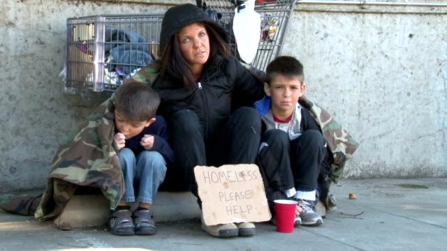 Homeless familia surge por el dinero - vídeo