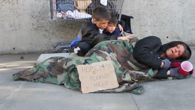 Homeless familia niños preocupado Travelling a la derecha - vídeo