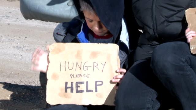 бездомных семья пан сын мать - голодный стоковые видео и кадры b-roll