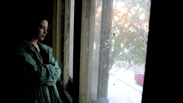 obdachlos mädchen - introspektion stock-videos und b-roll-filmmaterial