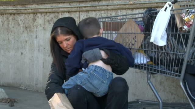 бездомных женщина смотрит в сумка для еды - голодный стоковые видео и кадры b-roll