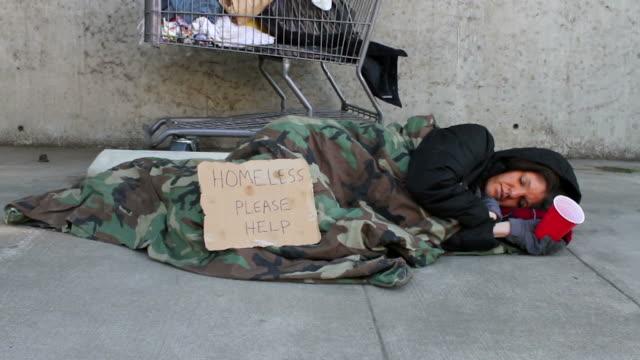 Homeless mujer Travelling a la derecha - vídeo