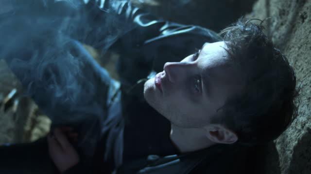 vídeos de stock, filmes e b-roll de hd: desalojados jovem homem fumar de ervas daninhas - 20 24 anos