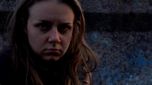 stockvideo's en b-roll-footage met dakloze jonge vrouw in verlaten rijstrook die lijdt aan drugsverslaving, armoede - amfetamine