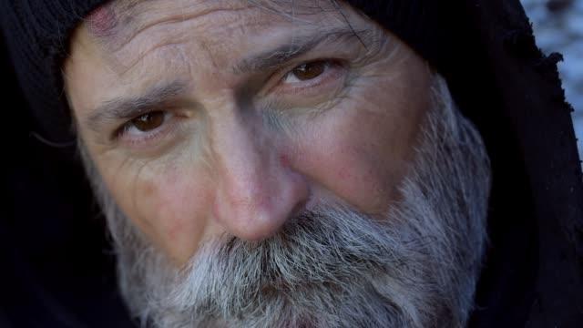 vídeos de stock e filmes b-roll de homelessness - capuz