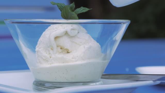 vídeos de stock, filmes e b-roll de affogato com sorvete caseiro - gelato