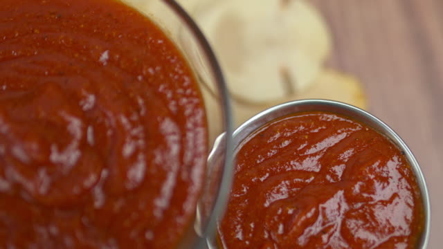 vídeos de stock e filmes b-roll de homemade barbecue sauce in jars in 4k. bbq made from: ketchup, brown sugar, vinegar, water, worcestershire sauce, paprika, chilli, turmeric, ground pepper, onion powder, garlic. - sauce tomatoes