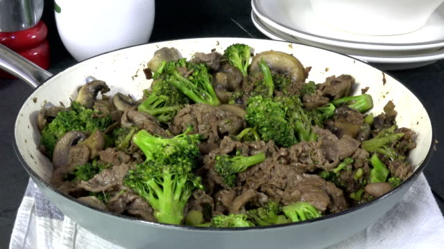 homemade beef and broccoli in a skillet - crucifere brassicali video stock e b–roll