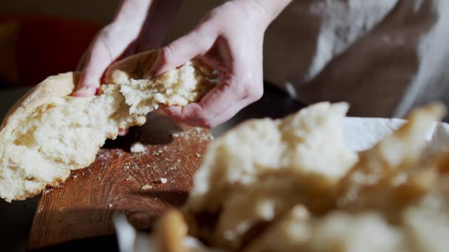 홈메이드 빵 - 식빵 한 덩어리 스톡 비디오 및 b-롤 화면