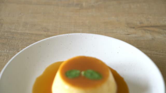 vídeos de stock e filmes b-roll de homemade caramel custard pudding - pudim