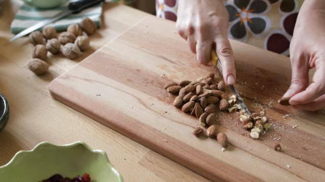 vídeos de stock e filmes b-roll de homemade cookies - amendoas