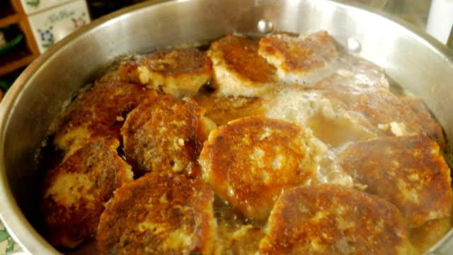 vídeos y material grabado en eventos de stock de pescado gefilte casero hirviendo en una olla grande mientras se cocina para un seder de pascua - pascua judía