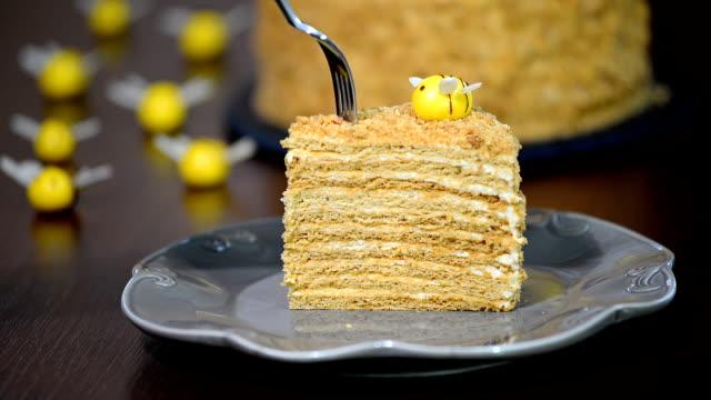 ev yapımı tatlım pasta krema ile - muhallebi stok videoları ve detay görüntü çekimi