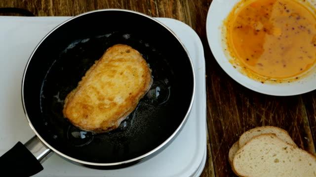 cucina fatta in casa. crostini o toast di pane bianco, imbevuti di un uovo di gallina sbattuto. - fetta video stock e b–roll