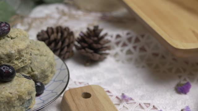 homemade matcha green tea scones. - scone filmów i materiałów b-roll