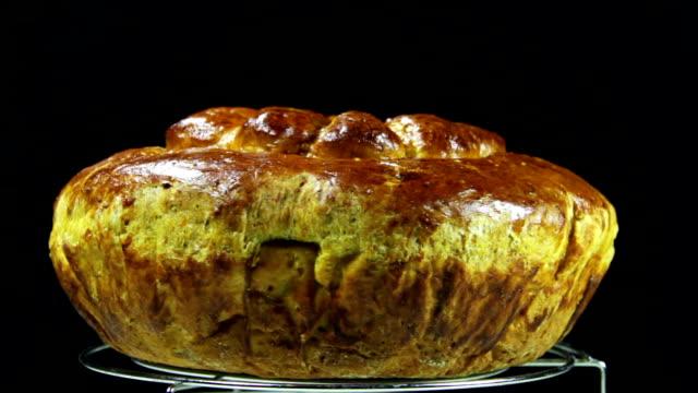 在黑色背景上的自製餡餅旋轉 - pumpkin pie 個影片檔及 b 捲影像