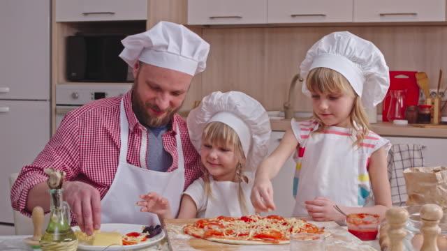homemade pizza with kids - посыпать стоковые видео и кадры b-roll