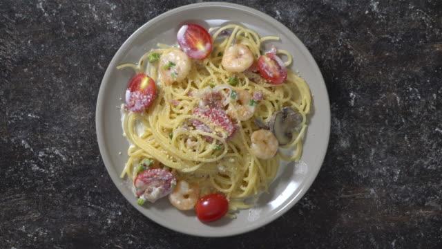 stockvideo's en b-roll-footage met zelfgemaakte spaghetti met garnalen en tomaat - bord serviesgoed