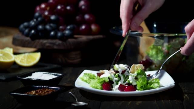 домашний салат вальдорф - лимонный сок стоковые видео и кадры b-roll