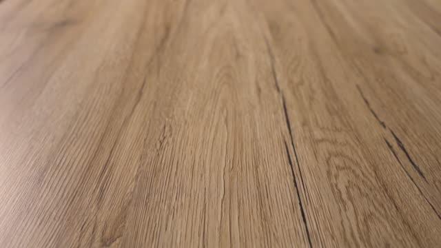 vídeos de stock e filmes b-roll de homeowner installed brown laminate flooring. - mesa mobília