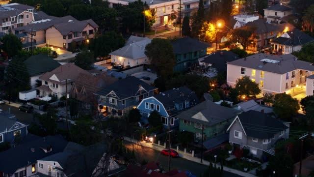 vídeos y material grabado en eventos de stock de casas en los angeles en la noche-aerial - anochecer