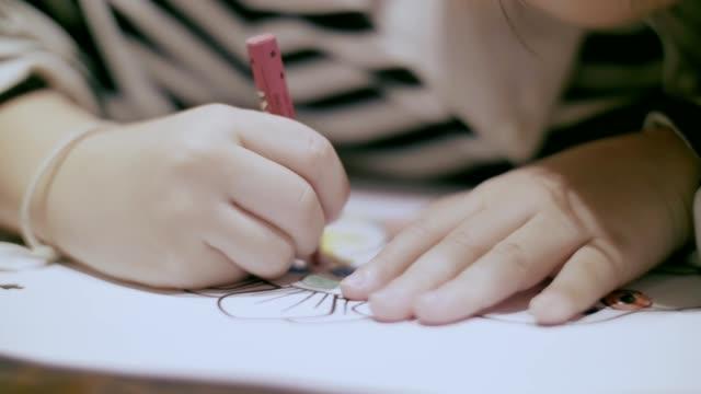 숙제: 어린 소녀 (4-5 년) 색연필 이미지 그림 - kids drawing 스톡 비디오 및 b-롤 화면