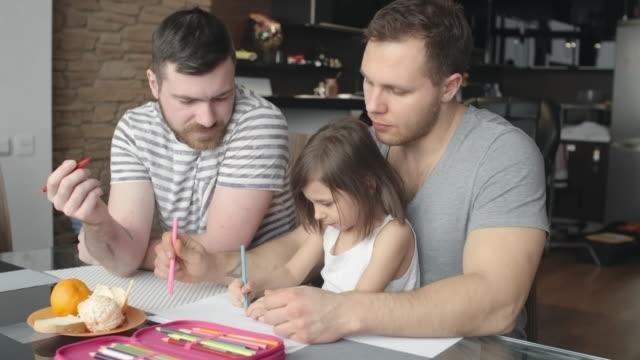 coppia omosessuale portando un po'figlia - coppia gay video stock e b–roll