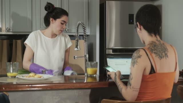 stockvideo's en b-roll-footage met homoseksuele mensen gay paar lesbiennes meisjes vechten en afwas - couple fighting home