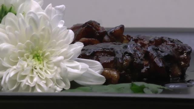 honig-huhn fleisch essen - dampfkochen stock-videos und b-roll-filmmaterial