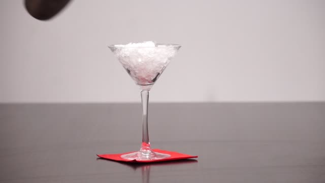 stockvideo's en b-roll-footage met honing lippen cocktail - martiniglas