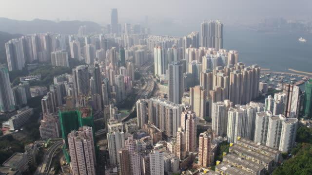 hong kong aerial v138 sorvolando l'area di sai wan shan con vista sul paesaggio urbano - baia video stock e b–roll