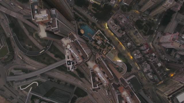 vídeos de stock e filmes b-roll de hong kong aerial v195 flying over kowloon city looking down vertically at dusk - neblina causada por temperatura elevada
