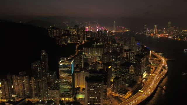 hong kong aerial v82 volare all'indietro su quarry e kowloon bay con vista sul paesaggio urbano di notte 2/17 - baia video stock e b–roll