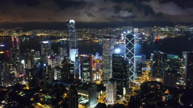 vídeos de stock, filmes e b-roll de porto de vitória de ilha de hong kong e kowloon aérea - noite