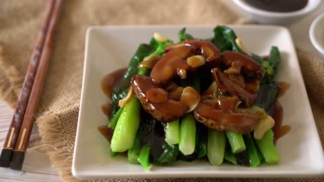 vídeos de stock e filmes b-roll de hong kong kale stir fried in oyster sauce - crucíferas