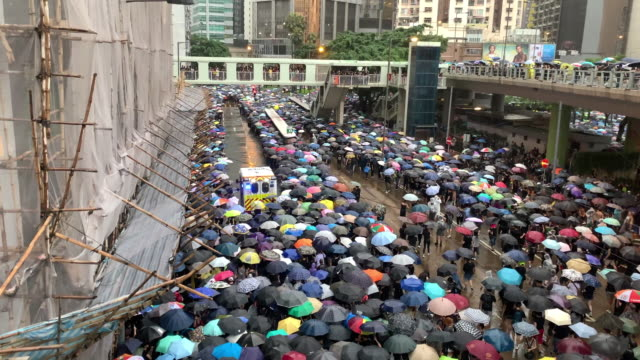 hong kong rainy day protest in august 2019 - conflittualità video stock e b–roll