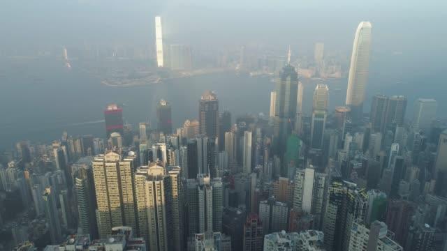 香港香港のスカイラインやビクトリア港します。空撮。ドローンは飛んで進むと、カメラを傾けることです。エスタブリッシング ・ ショット。 - 斜めから見た図点の映像素材/bロール