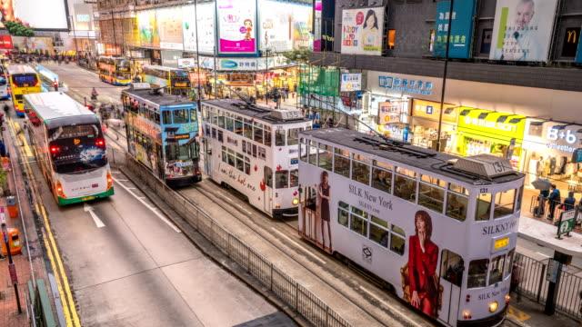 stockvideo's en b-roll-footage met 4k tl hong kong trams in schemerlicht. - bushalte