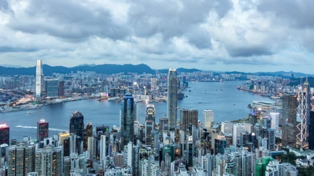 hong kong victoria harbour day to night time lapse - центральный район стоковые видео и кадры b-roll