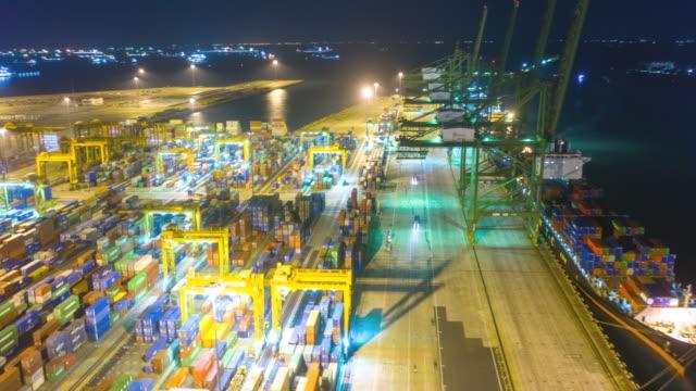 vídeos de stock, filmes e b-roll de drone aéreo de hong kong hiper lapso de tempo em terminais de contêineres e ponte stonecutters à noite - vinho do porto